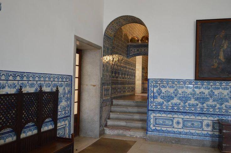 Azulejos do século XVIII no Mosteiro de Odivelas. O silhar desta sala foi colocado em 1946 quando foi das grandes obras do século XX. São uma cópia dos modelos originais. Silhares deste tipo existem vários neste monumento. Entrada principal