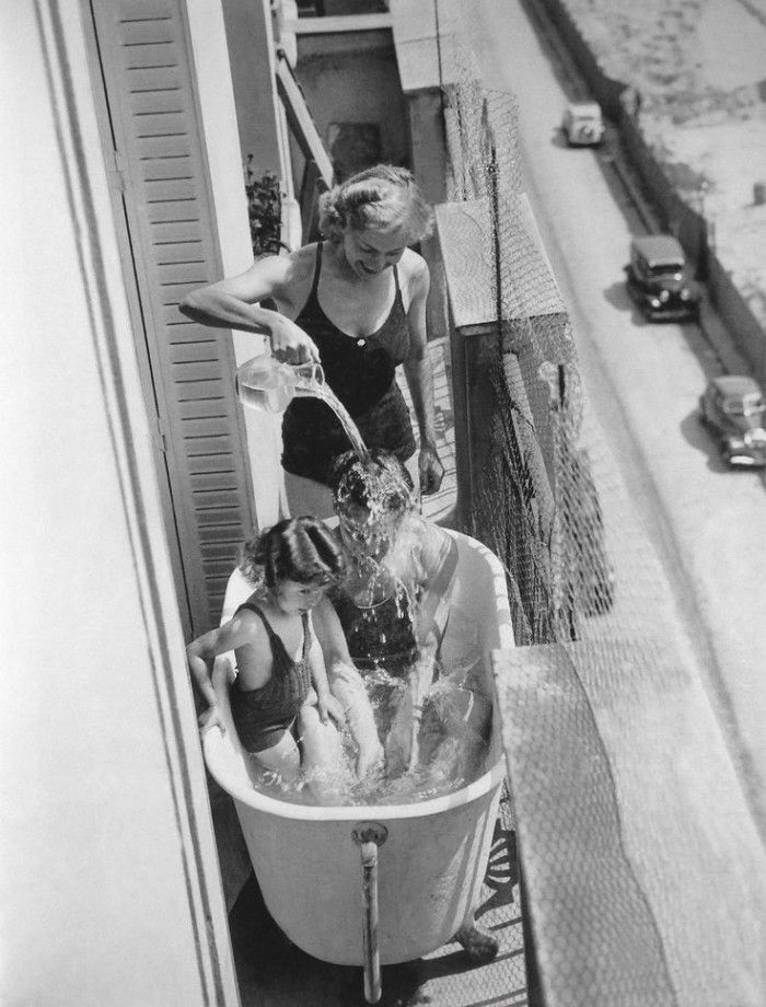 1937, Paris |  On a balcony, the refresh break with family