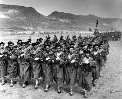 Des goumiers, soldats supplétifs fournis à l'armée française par des tribus marocaines, défilent en septembre 1949. de https://www.happyknowledge.com/post/Citoyen%20marocain%20/VVTufW2t0AeuVzVM