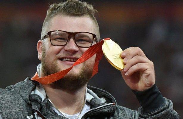 ¡Paga la borrachera con su medalla de oro y luego la reclama! - El atleta polaco Pawel Fajdek, flamante campeón del mundo de lanzamiento de martillo en Pekín 2015, disfrutó de una celebración de tal calibre tra...