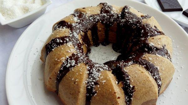 KOKOSOVO-ČOKOLÁDOVÁ BÁBOVKA                                Domáca bábovka s teplým kakaukom na raňajky znie dobre, však? A my tu pre teba máme zdravšiu kokosovú verziu poliatu kvalitnou čokoládou.