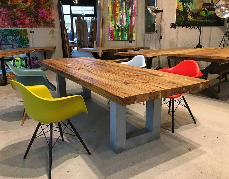Massivholztisch aus Balkeneiche-Altholz auf einem Tischgestell aus Beton