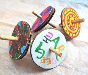 """お正月の遊びと言えば""""こま回し""""ですよね。最近は幼稚園や小学校などでも昔遊びとして教えてもらったりするので親しんでいるお子様も多いのではないでしょうか?単純な遊びですがやってみると意外と奥が深くてはまってしまうんですよね。今年のお正月は手作りの""""こま""""で楽しんでみるのはいかがでしょうか?"""