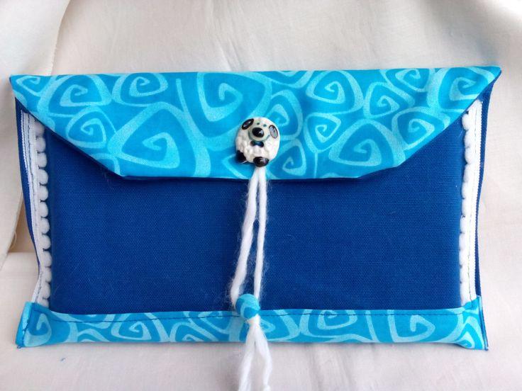 Porta-tablet in cotone con bottone-pecorella in chiusura in ceramica...