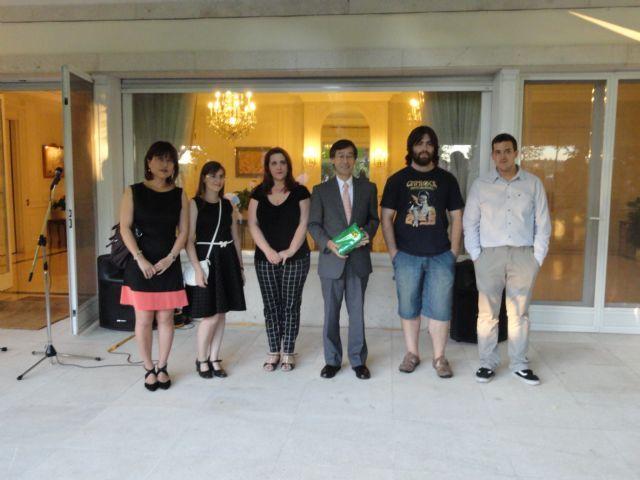 Estudiantes del Servicio de Idiomas de la Universidad de Murcia obtienen primer premio en concurso de teatro japonés,  http://www.murcia.com/noticias/2014/07/15-estudiantes-del-servicio-de-idiomas-de-la-universidad-de-murcia-obtienen-primer-premio-en-concurso-de-teatro-japones.asp