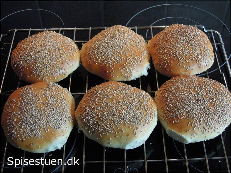 Jeg plejer at bage grovbrød, men i dag ville jeg prøve at bage helt almindelige hvide burgerboller med sesam på toppen. De skal bruges til aften. Fyldes med pulled culotte og coleslaw. Jeg har lave…