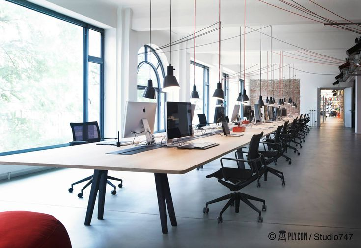 Pendelleuchten mit Flaschenzug für temporär flexible Tischposition bei mehr Sitzplätzen  Office Geometry Global Hamburg http://www.ply.com/de/projects Mehr