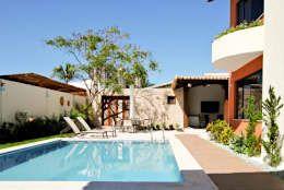 Piscina in stile in stile Tropicale di Argollo & Martins   Arquitetos Associados