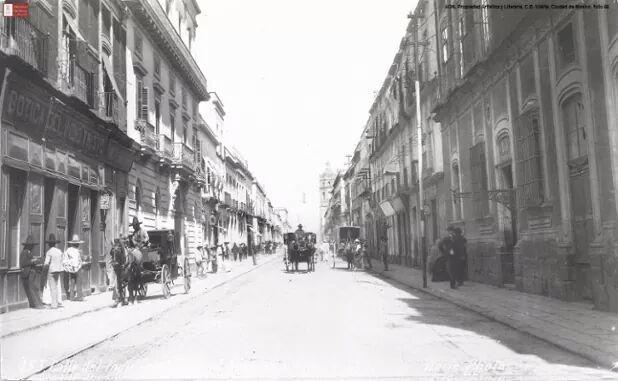 La calle del Indio Triste, actualmente Correo Mayor, en 1903. La vista es al norte y al fondo destaca el Templo de San Pedro y San Pablo, hoy en día Museo de las Constituciones.
