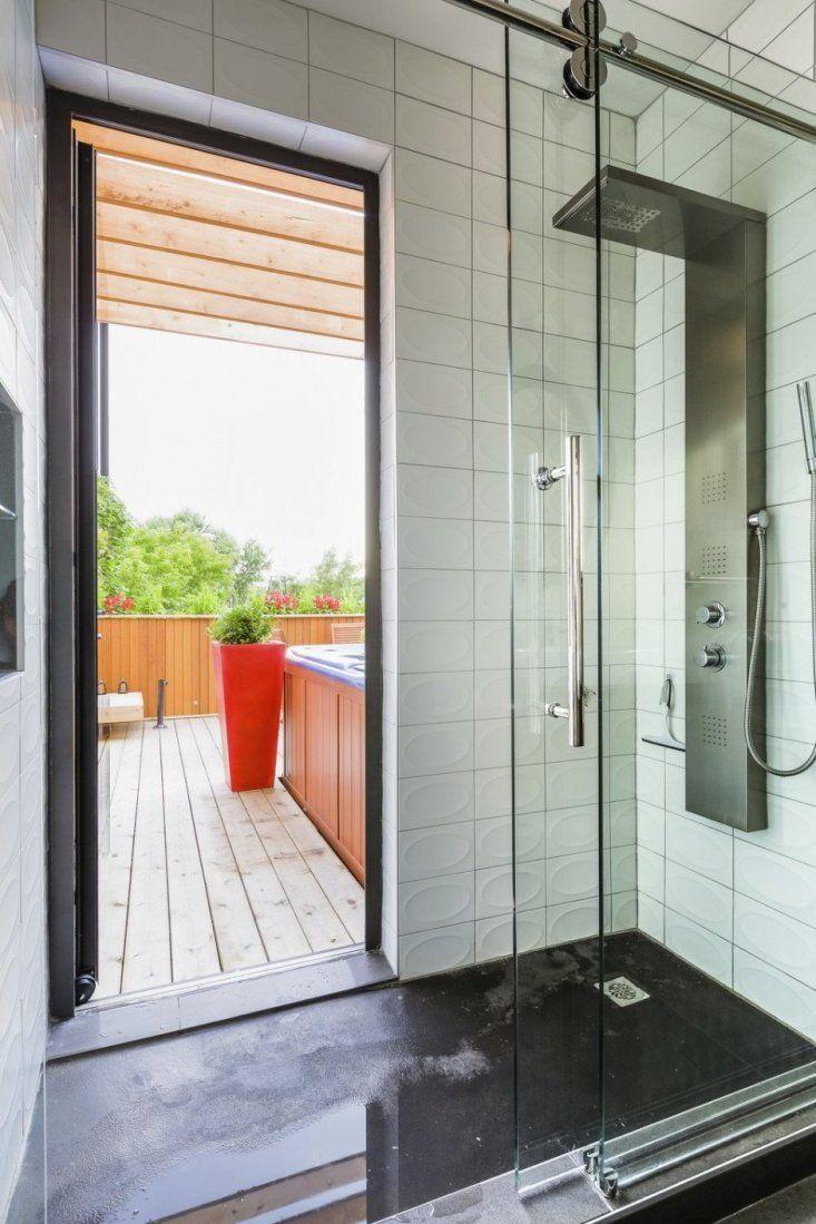 Projeto de casa pequena tem escada com LED e muita madeiraSituado em um recesso do terraço principal , protegido do vento e vistas e coberto com uma pérgola de madeira , uma banheira Jacuzzi conecta-se diretamente através de uma porta de vidro para o chuveiro no banheiro princip