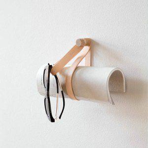 Dubbele leren lus Double Loop hanger van by Wirth licht eikenhout en leer byJensen