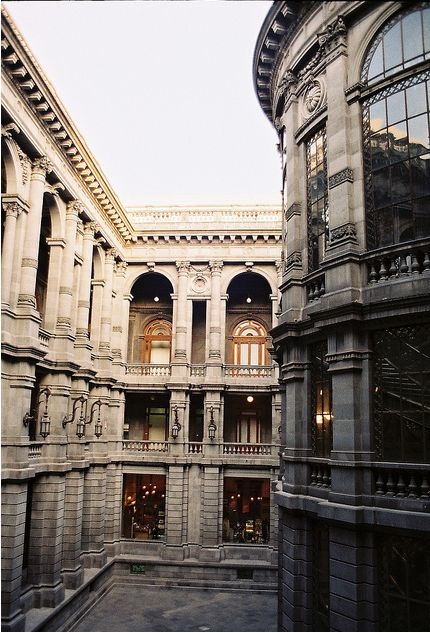 Vista de uno de los patios interiores del Museo Nacional de Arte (MUNAL) en el centro histórico de la Ciudad de México.