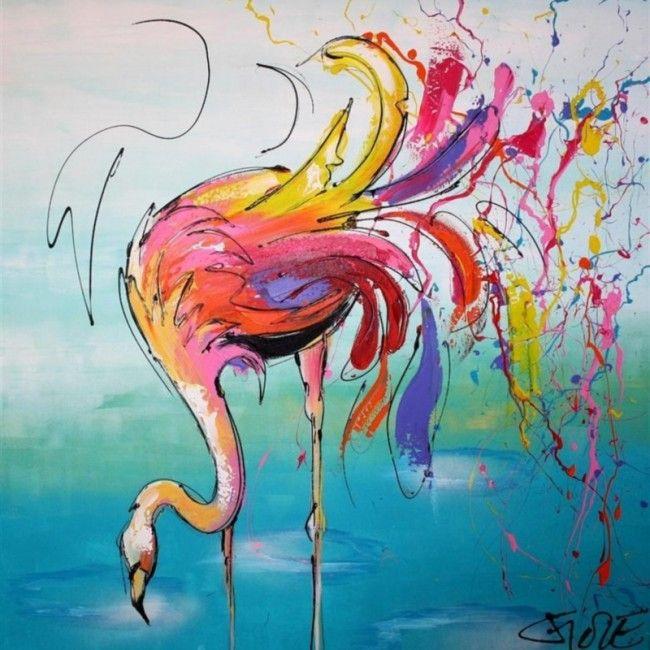 Een fel bonte flamingo met gebogen nek kijkt in het water.