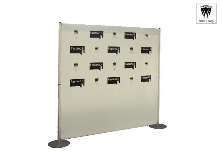 Parete Lineare Tensionatura Verticale Grafica Bifacciale. Parete graficamonofacciale componibile e modulare, completa di struttura in alluminio anodizzato, telo stampato fronte e retro e asolato, accessori per il montaggio. Basi in acciaio verniciato e sacca Fastand.