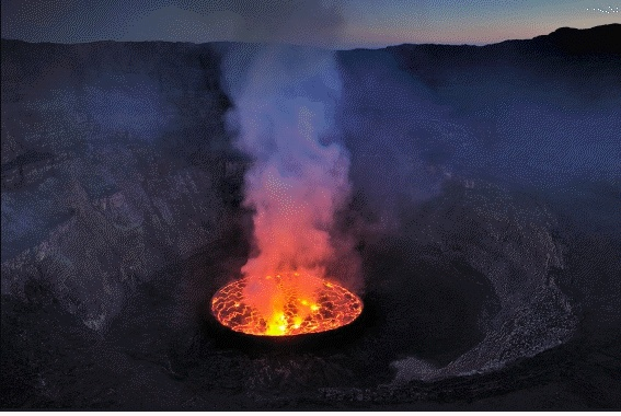 보기만 해도 열기가 느껴지는 화산의 사진이다.  이는 땅 속의 마그마가 압력을 받거나 여러 요인에 의해 지표로 방출되는 것이다. 사진은 아직 폭발하기 전이다.