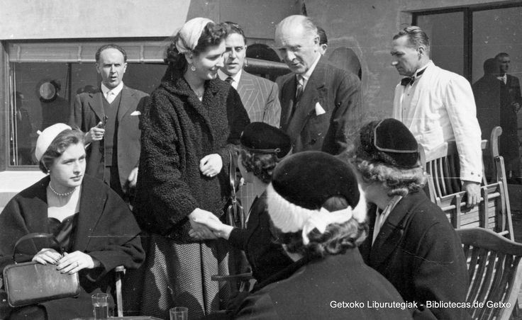 Visita del príncipe Otto de Austria al Club Marítimo del Abra, 1954. El alcalde de Getxo, Juan Bautista Merino Urrutia, conversa con un grupo de mujeres (Colección Archivo municipal de Getxo) (ref. 05773)