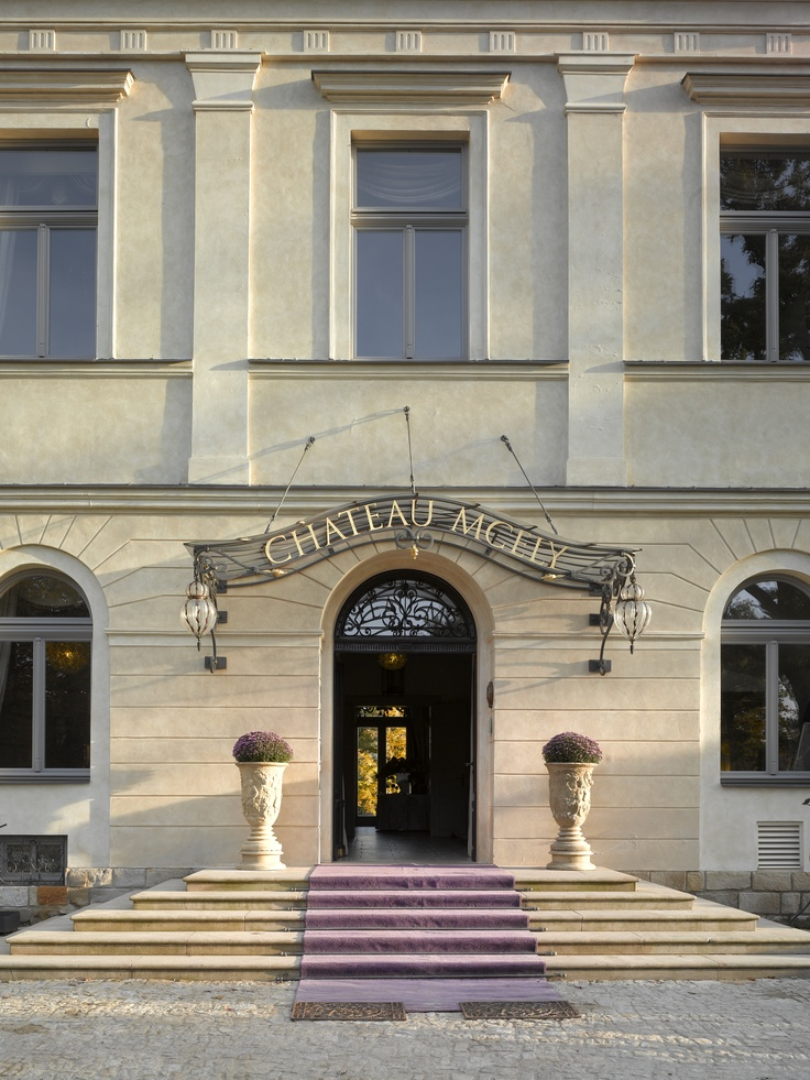 Chateau Mcely entrance