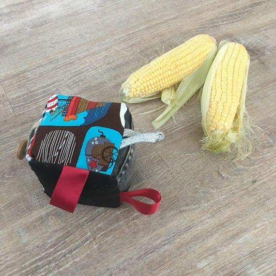 Jouet Cube sensoriel: -Fabriquée avec des tissus -Bourré avec des découpes de d'autres projets de couture -6 tissus différents pour sentir et observer -Les étiquettes pour saisir et mâcher -Idéal pour le développement de la motricité globale que le cube ne roule pas trop loin et bébé