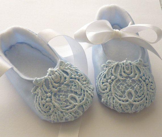 Artículos similares a Hermoso azul Satén y Encaje zapatos de bebé en Etsy
