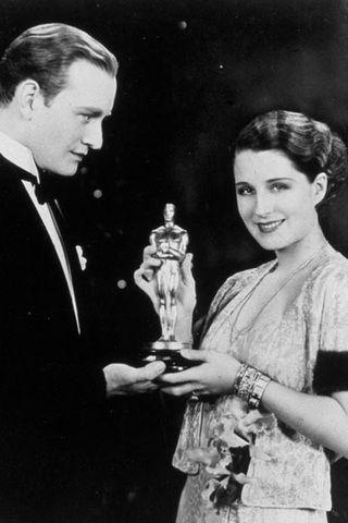 Top 25 - Minden idők legjobb Oscar-ruhái. A díjátadók történetének 85 éve alatt rengeteg ruha vált híressé, akár nyert a viselője, akár nem.  Az Oscar egyre jelentősebb lett, és a közönséget izgatta az is, hogy a sztárok milyen öltözékben jelennek meg díjkiosztón.