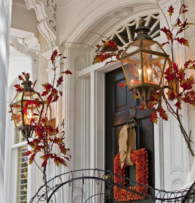décoration automnale en lanternes feuilles automnales et couronne de ...