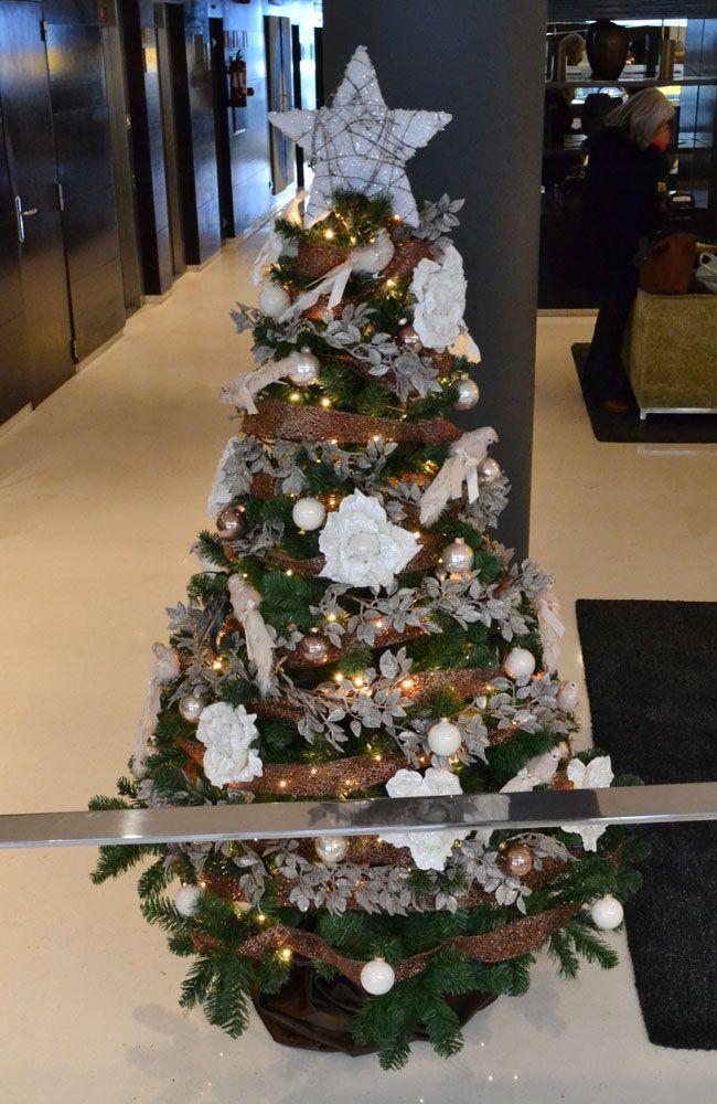 Alquiler árbol de navidad personalizado en cobre y blanco en un hotel de cuatro estrellas en el centro de Barcelona. http://www.cordestel.es/navidad/y-para-un-hotel-de-cuatro-estrellas-en-el-centro-de-barcelona-un-espectacular-arbol-de-navidad-personalizado-en-cobre-plata-y-blanco/