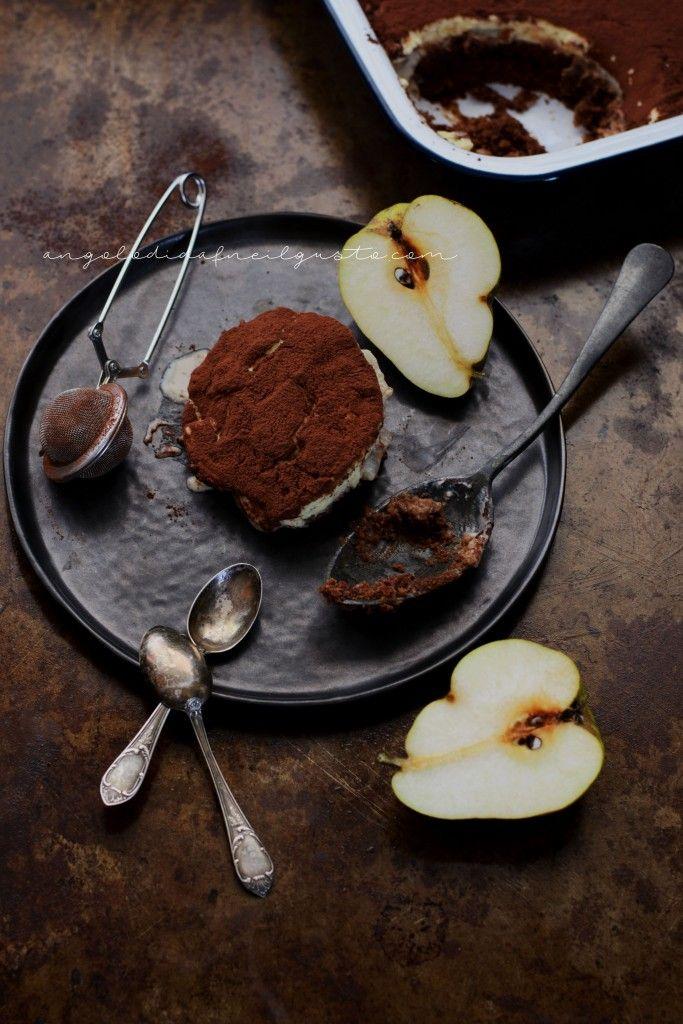Tiramisù al cioccolato, pere e salsa mou