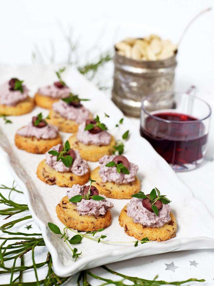 Toppa de möra baconkexen med olivröra och garnera med en bit svart oliv och timjan.