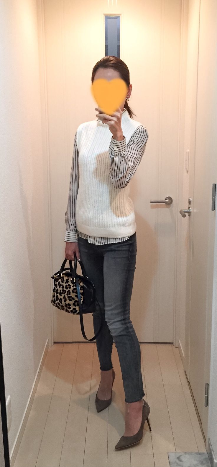 Striped shirt: Tomorrowland, White vest: GALLARDAGALANTE, Grey skinnies: Mother, Leopard bag: Tomorrowland, Beige pumps: Jimmy Choo