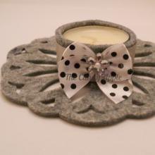 Portacandelina in feltro grigio con nastro in raso, candela alla vaniglia e alla cannella. Creato con l'aiuto di Sizzix Big Shot.