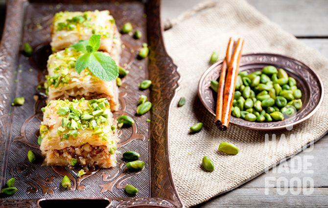 Пахлава с грецкими орехами, фисташками и апельсиновой водой! http://handmadefood.ru/recipes/pahlava-s-gretskimi-orehami
