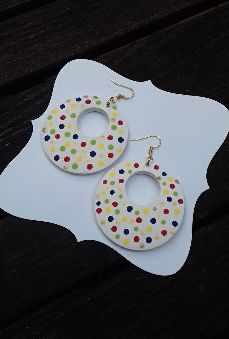 Náušnice+donuty+puntíkaté+Náušnice+jsou+dřevěné,+jsou+natřeny+akrylovou+barvou+a+přelakovány.+Průměr+náušnice+je+5+cm.+Náušnice+jsou+lehké.