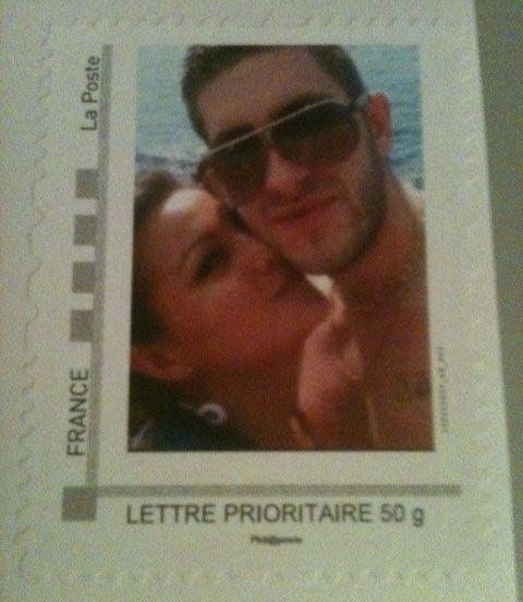 Un timbre personnalisé avec une photo emblématique de votre couple pour affranchir l'enveloppe d'expédition de votre faire-part. D'autres exemples de timbres personnalisés sur PreparationMariage.com