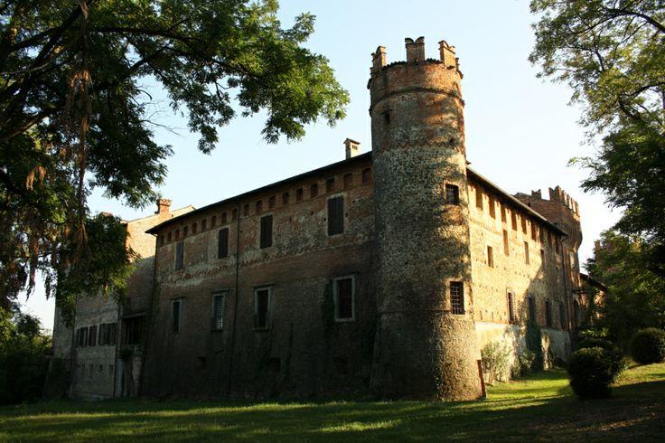 La torre angolare del Castello di Castelnovo in una assolata giornata di settembre #valtidone #piacenza #castelli