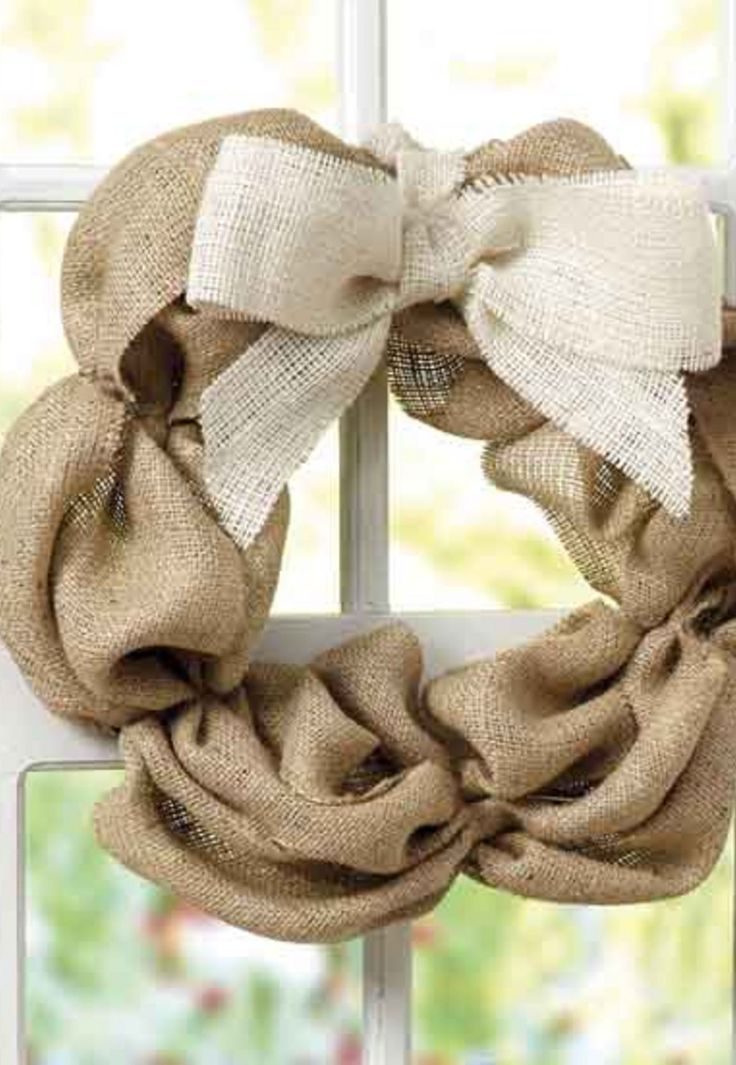 Find out how to make this super easy DIY burlap wreath with this simple tutorial >>