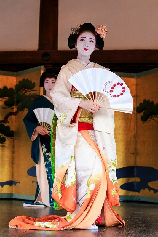Maiko. Katsuna. Japanese traditional dance.