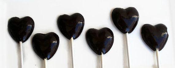 Een mooie toevoeging voor elke bruiloft of andere evenement. Zij zouden ook het maken van de perfecte gift voor uw favoriete Valentijn of gothic geliefde!  Elke lollipop ongeveer 2 duim lang meet en is met de hand gemaakt van kras. Wij gebruiken alleen de beste ingrediënten en de hoogste kwaliteit aroma oliën en voedsel kleuren, om ervoor te zorgen de lekkerste snoepjes.  Verkrijgbaar in de volgende smaken: Apple BlackBerry Blueberry Champagne Kaneel Suikerspin Appels en kaneel Butterscotch…