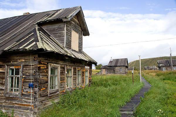 Село Поной. Вдоль центральной улицы села ведет довольно высокий настил из досок