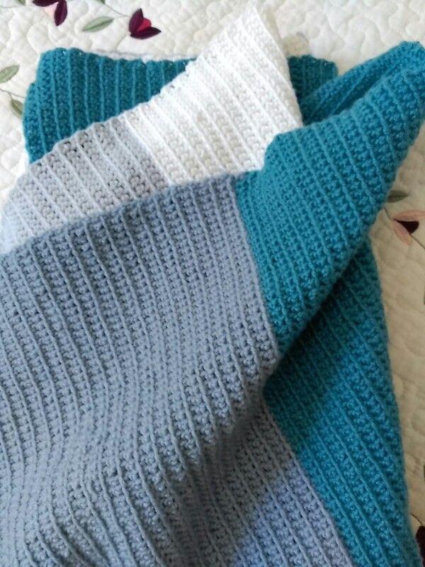 Manta para bebe a ganchillo. Crocheted baby blanket. Made by pececito arcoiris.