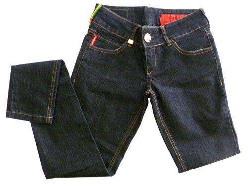 Hoje uma pessoa me perguntou como lavar jeans, principalmente os escuros, sem que os mesmos fiquem desbotados e com aparência esbranquiçada. Resolvi então postar sobre os cuidados que devemos ter quando lavarmos calça e roupas jeans. 1º Evite o detergente/sabão em pó, prefira os detergentes …