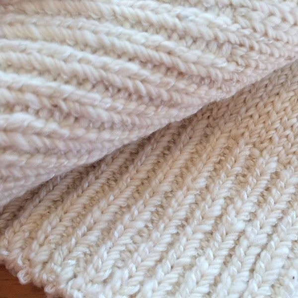 【あしごろも】シルク イン ソックス 手紡ぎオーガニックコットン 自然栽培綿 2,700円●サイズ22〜25cm(女性用)●素材綿81%・絹18%・ポリウレタン1%●タイプ生成 白 無地●商品説明「 ふわふわコットンとしっとりシルクのコラボです 」手つむぎ木綿と、しっとりシルクの靴下ができました。内側にシルクが多く出るように編み上げているため、履き心地が滑らかに感じられます。たっぷりとした長さがあり、ふくらはぎの真ん中くらいまで伸びます。足首にくしゅっとたるませて履いてもかわいいですね。冷え取りをされている方でしたら一番外側に履くのがおすすめです。シルクの糸が光の加減で光って、ほんの少し高級感ありです。●通販サイト ホトホトあしごろも 手紡ぎ シルク イン ソックス 白 無地 レディースはホトホトへ!下半身の冷え、腰痛、むくみ、女性特有の悩みを改善!オーガニック関連タオルや腹巻パンツ、布ナプキン、ワンピースをご紹介!他にもベビー用お口拭きタオルやマタニティウェア、婦人・紳士向けの暖か商品をご紹介しております。