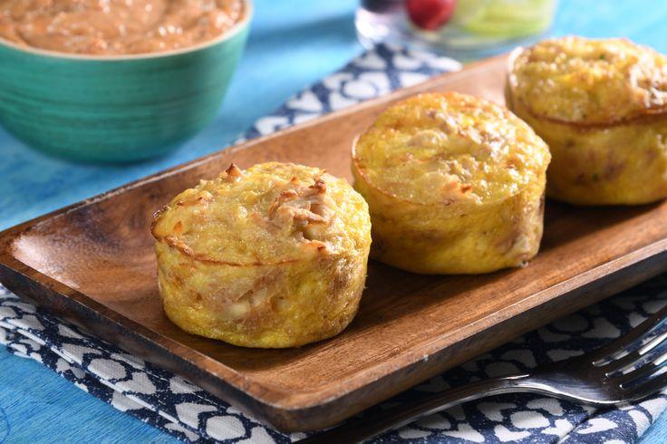 Ricos muffins horneados a base de huevo, atún, calabaza y papa. Con un toque picosito de chile de árbol, queso panela y queso crema fundidos, servidos con un aderezo de aceituna y jitomate deshidratado. ¡Geniales para compartirlos con tu familia!
