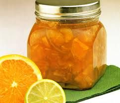 Hoy vamos a enseñarles como preparar mermelada de naranja y limon... !!! Una excelente idea para servir con tostadas y manteca a la hora del te. PREPARACION: 1. Rallar ligeramente las naranjas y el limon. 2. Córtalos por la mitad, extraerles el jugo y las semillas. 3. Cortar las cascaras en tiritas finas. Y luego ponerlas en una cacerola. 4. Añadir el agua. 5. Colocar sobre el fuego y hacer hervir hasta que el jugo se reduzca a la mitad. 6. Incorporar el azúcar y continuar el hervor…