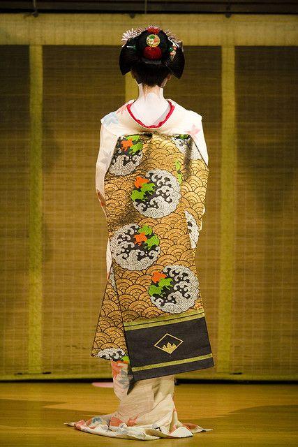 Kyoodori, Maiko Tanewaka suppl.2 She is showing her kimono to audience.