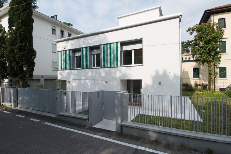 #Restauri e ristrutturazioni - #Riqualificazione #abitazione unifamigliare - #Treviso. Prospettiva cancello pedonale, recinzione, prospetto principale d'ingresso.
