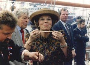 Koninginnedag 1994 op Urk: koningin Beatrix lijkt enorm te genieten van een gerookte paling.