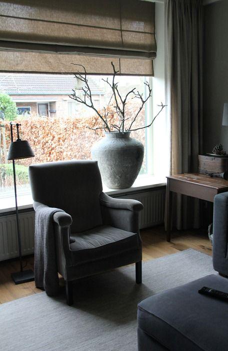 op een brede vensterbank mooie grote pot - kleuren grijs met hout