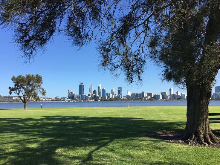 Perth, la 4e ville d'Australie est la ville la plus isolée du monde! Elle vous éblouira par sa vie nocturne, ses plages et sa nature flamboyante.