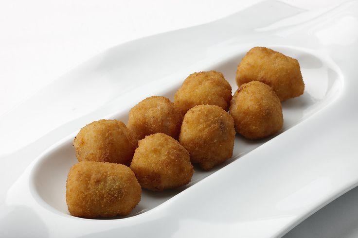 Inolvidables croquetas de jamón en tamaño cocket.  Pruébalas en www.ameztoi.com