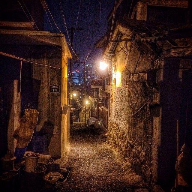 sarafa / #20140115 #iphone5s #seoul #haebangchon #alley #night #light #서울 #해방촌 #주택가 #밤 #골목 #ソウル #住宅街 #夜 #路地 #街灯 #snapseed / 서울 용산 용산 / #골목길 #길 #설비 / 2014 01 16 /